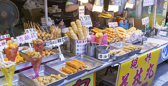 Street Food im Dante Einkaufsviertel (Danshui Pedestrian shopping area) in New Taipei City, Taiwan © Images_By_Kenny / iStock.com