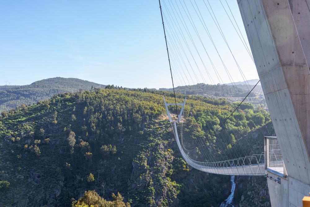 Höhenangst? Dann schau dir die längste Hängebrücke der Welt am besten erst mal nur von unten an. © odecam/shutterstock